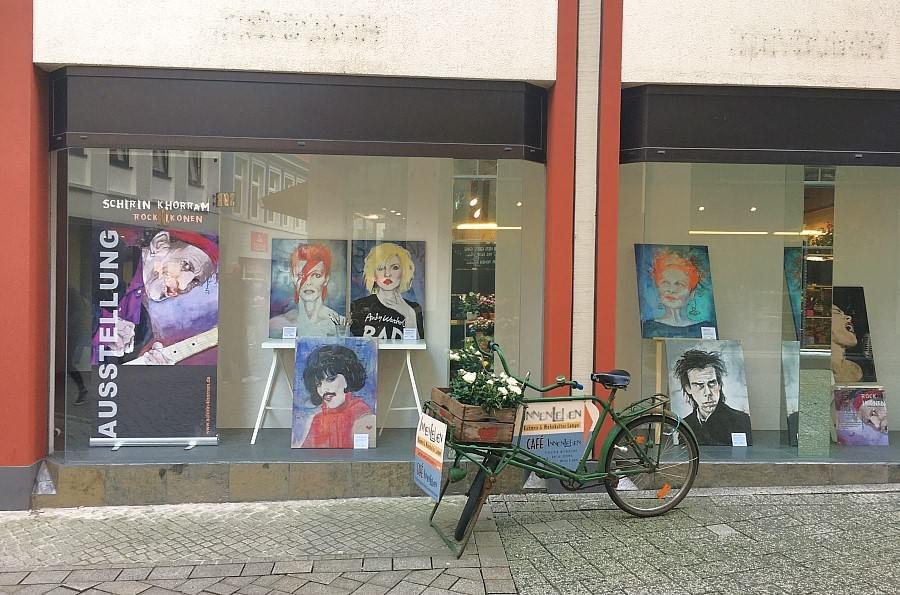Eine Popup Galerie in der Oldenburger Innenstadt mit den Rock-Ikonen von Schirin Khorram